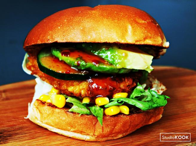 kipburger-avocado-mais-chilisaus-studiokook-demi-hageman-2-verkleind