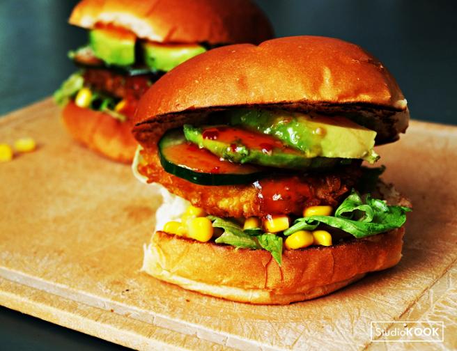 kipburger-avocado-mais-chilisaus-studiokook-demi-hageman-verkleind