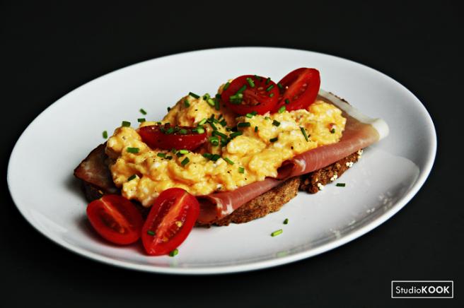 scrambled-egg-met-gerookte-ham-3-studiokook-demi-hageman