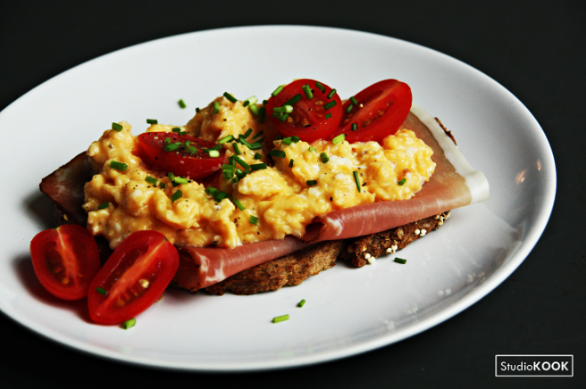 scrambled-eggs-met-gerookte-ham-studiokook-demi-hageman