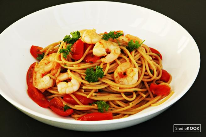 pasta-met-garnalen-en-verse-tomaten-studiokook-demi-hageman-verkleind