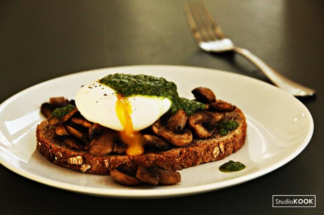 Toast met paddenstoelen, een pocheerd ei en groene kruidenolie StudioKOOK Demi Hageman verkleind.png