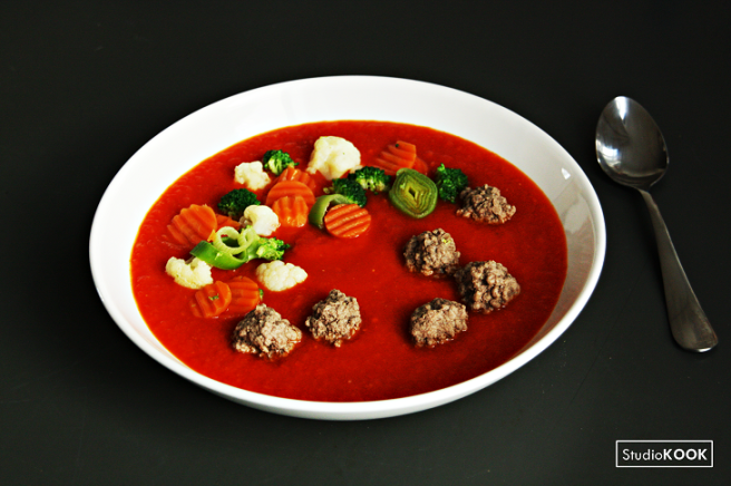 Tomatensoep met Hollandse groenten en gehaktballen 1 StudioKOOK Demi Hageman verkleind.png