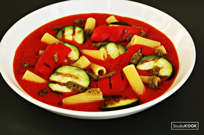 Tomatensoep met pasta en gegrilde groenten 1 StudioKOOK Demi Hageman verkleind.png