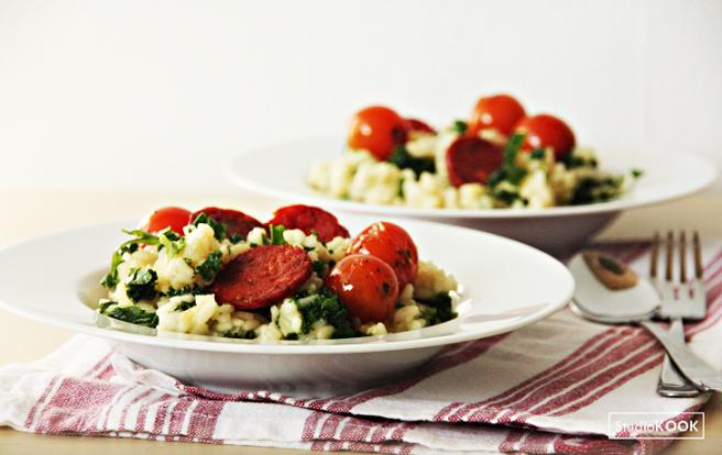 Boerenkoolrisotto met gepofte tomaatjes en chorizo 2 StudioKOOK Demi Hageman verkleind.png