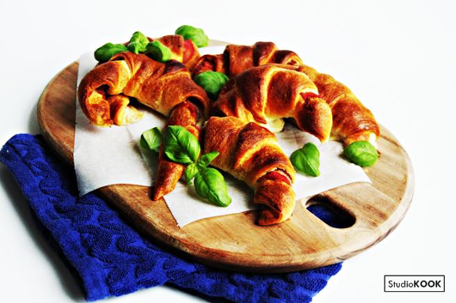 Croissantjes met proscuitto en mozzarella 4 StudioKOOK Demi Hageman 4.2 verkleind.png