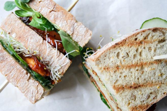 Tempeh clubsandwich met avocadoaïoli en zoetzure komkommer StudioKOOK WOAHJoyce 1.png