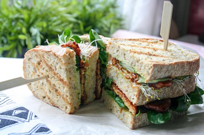 Tempeh clubsandwich met avocadoaïoli en zoetzure komkommer StudioKOOK WOAHJoyce 2.png