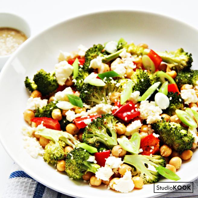 Salade broccoli kikkererwten tahindressing 3.1 StudioKOOK Demi Hageman verkleind.png